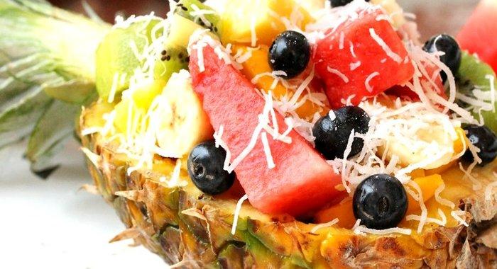 Фруктовый салат в ананасе с