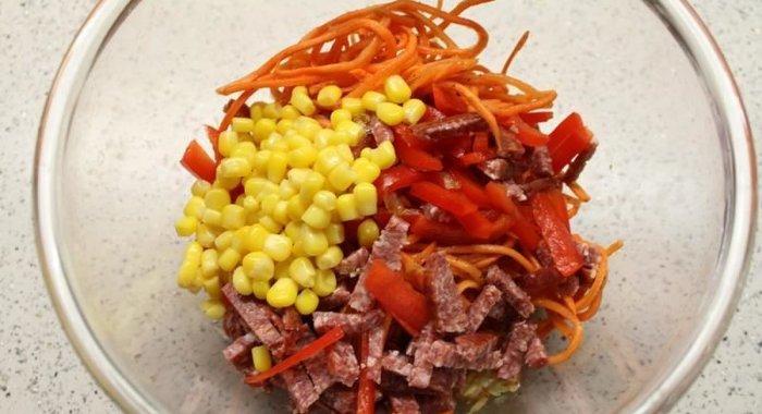 Салат из копченой колбасы и кукурузы