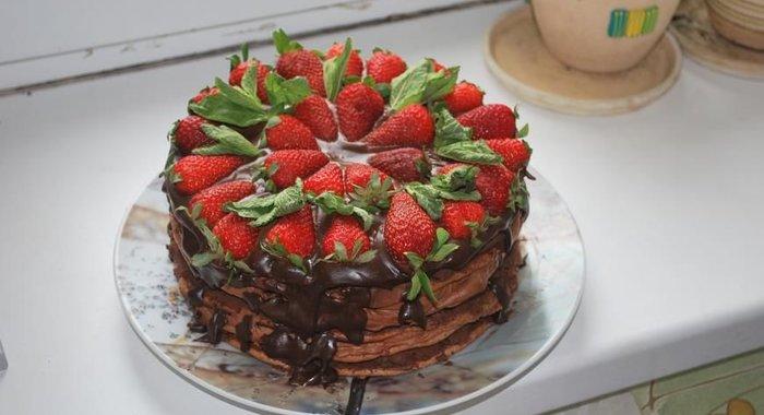 Торт шоколадный с клубникой рецепт с фото пошагово