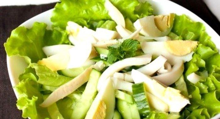 Рецепт легкого салата с кальмарами и огурцами