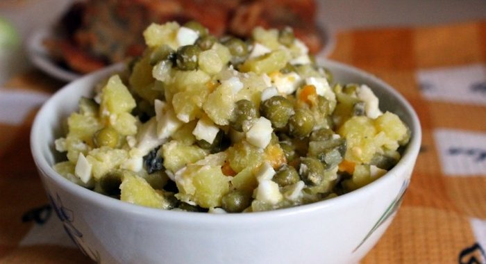 Салат из картофеля зеленого горошка и яиц