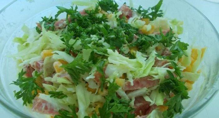 Рецепт салата с капустой колбасой и кукурузой