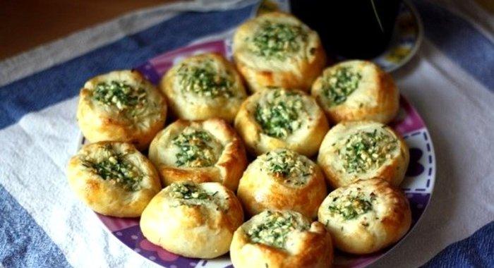 Булочка с зеленью и сыром