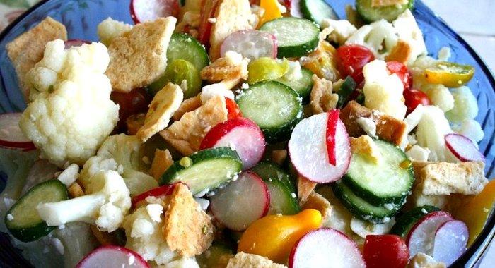 салат с цветной капустой с огурцами