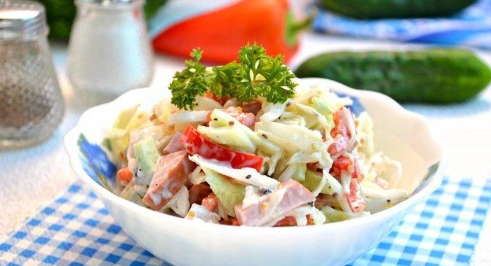 Салат из свежей капусты с колбасой и зеленым горошком