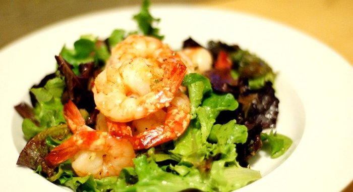 Салат с зеленью и креветками рецепт с