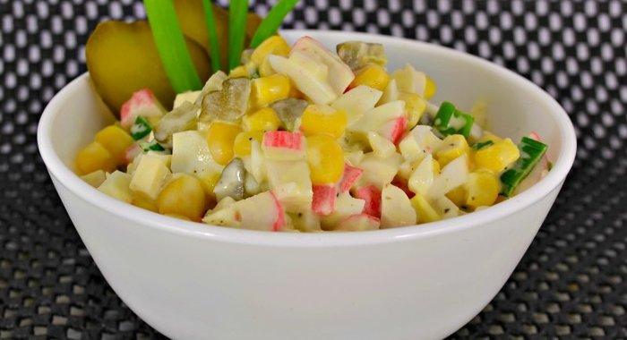 Салат с огурцом и горошком и крабовыми палочками и кукурузой