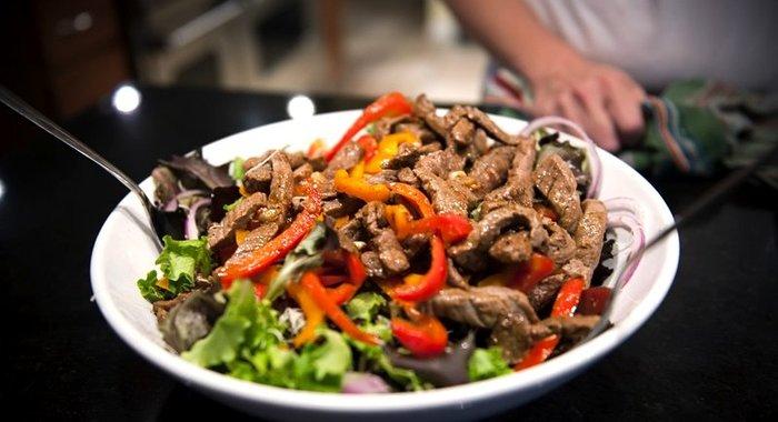 Салат с жареными грибами и говядиной рецепт