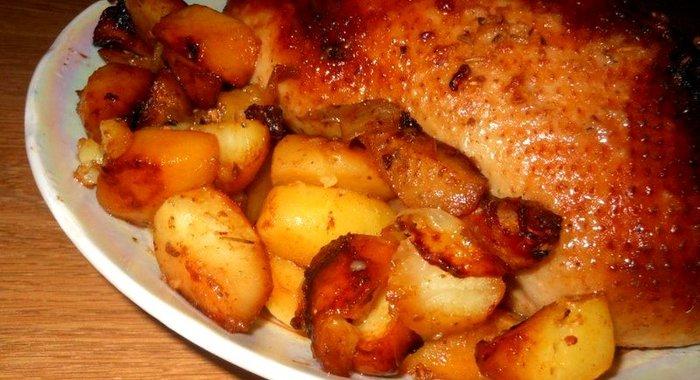 Утка с яблоками и брусникой в духовке