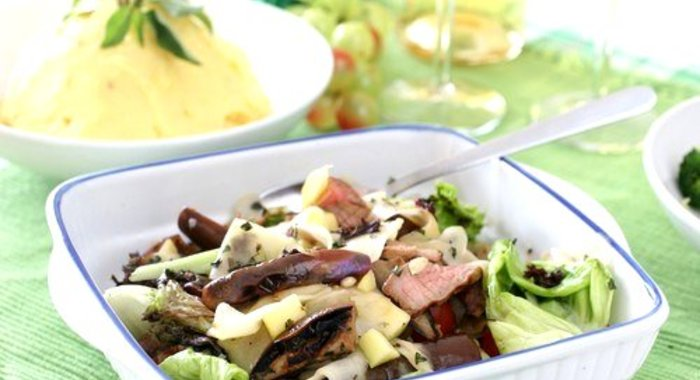 Салат из курицы с маринованными грибами и черносливом