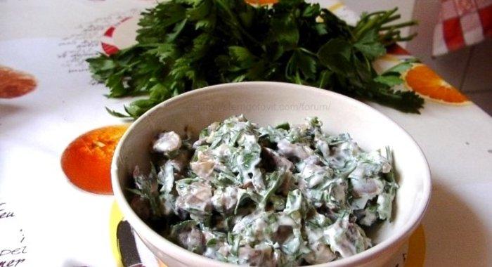 Салат с обжаренными шампиньонами и луком