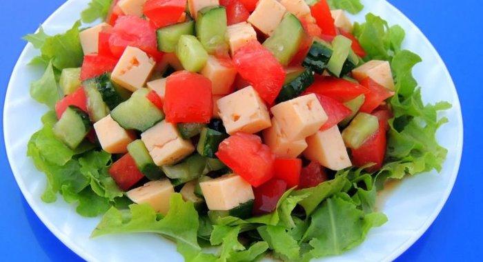 Как приготовить салат с овощами и сыром