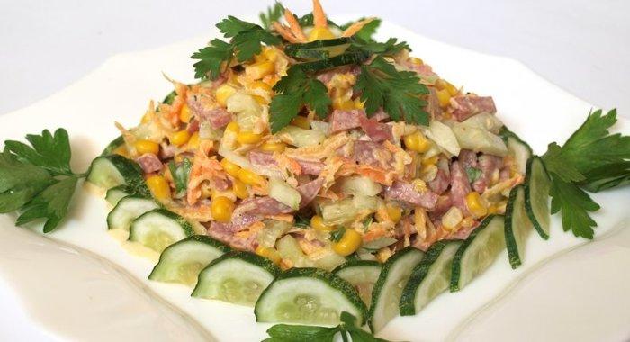 Салат с копченой колбасой кукурузой яйцом