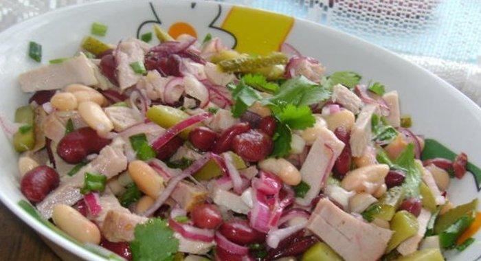 Салат с ветчиной помидором и фасолью