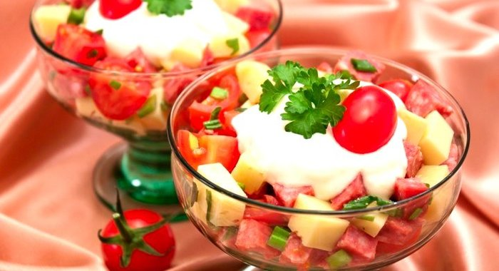 Салат колбаса яйца помидоры сыр