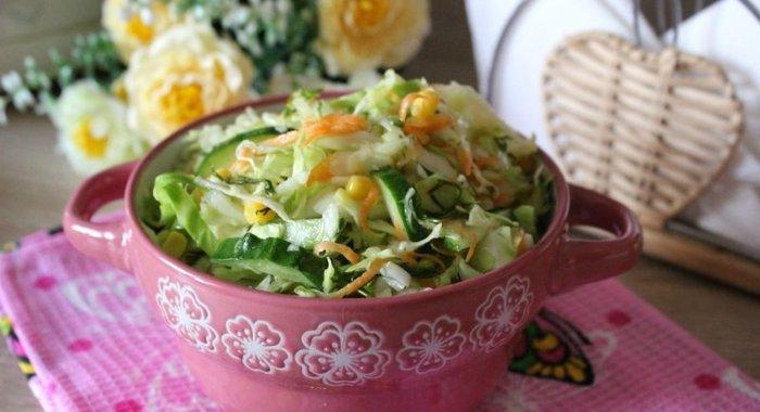Салат из свежей капусты с кукурузой и яблоком