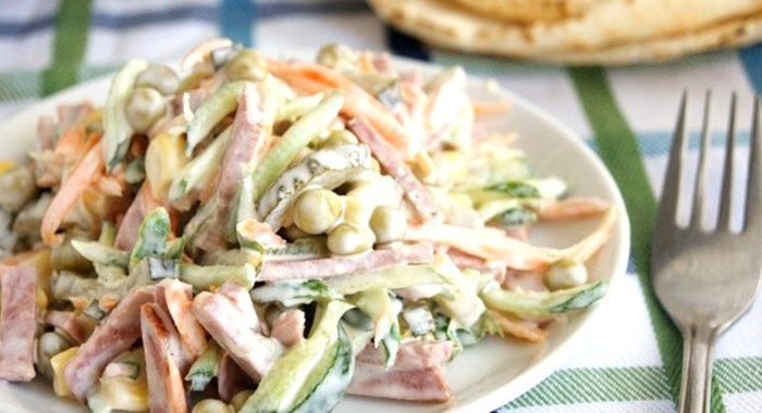 Простые салаты с колбасой на скорую руку