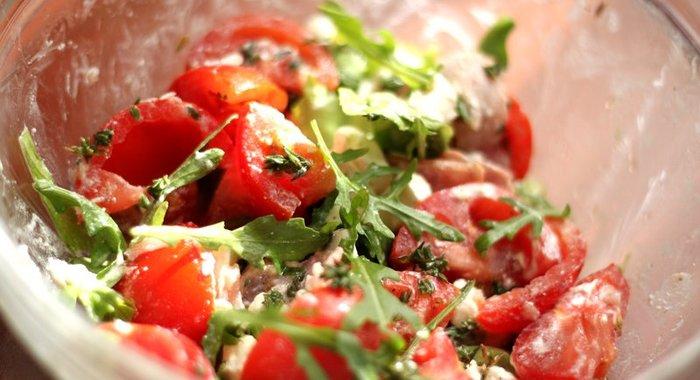 Салат с говядиной и сыром и помидорами