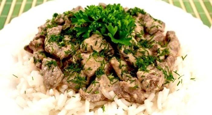 Печень говяжья в сметане с луком на сковороде рецепт с пошагово 94