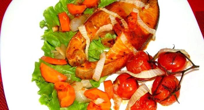 Приготовить кету с овощами