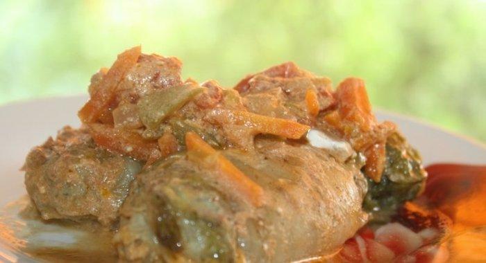 Репчатый лук нарезать кубиками, морковь натереть на крупной терке, обжарить овощи на растительном масле до мягкости.
